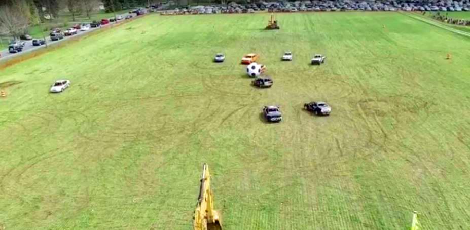 match de foot avec voitures et pelleteuses