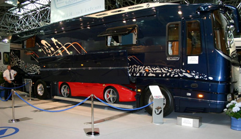 garage insolite improbable bus ferrari