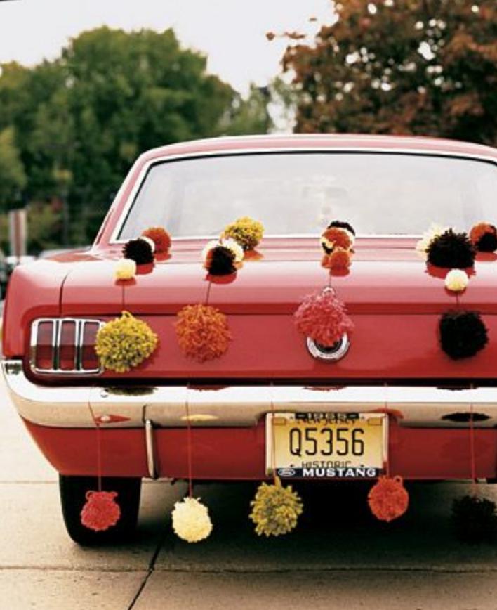 décorer vieille voiture mariage pompon
